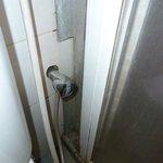 Cabine de douche moisie avec porte coulissante cassées