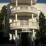 Facciata dell'Hotel Sovrano Alberobello (Ba)