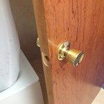 дверь в ванную без замка, хорошо что вообще была!