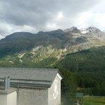 Blick über das Hoteldach in die Berge