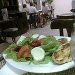 Frango grelhado com salada de tomate , alface e queijo