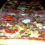 Pizza a la leña con borde relleno