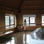 Mirador del 7 piso, con ventanales donde se puede ver el lago.