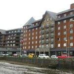 El hotel desde el lago.
