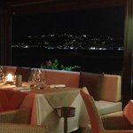 Salle du restaurant ouverte sur la baie de juan