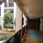 batiment avec patios donnant sur les chambres