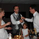 Le gérant nous apporte la petite coupe de champagne