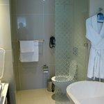 Banheiro muito bem apontado e funcional