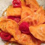 ravioli fatti in casa con burrata, pomodorini e finocchietto selvatico