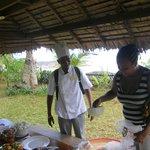 Am Strand finden sich die üblichen Verkäufer, die aber auch köstliche Gericht zubereiten. Preis