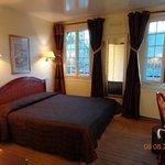 camera da letto con vista sulla piazza