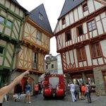"""il centro medievale con le sue case """"pendenti"""""""