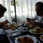 mi padre y mi hermano comiendo, muy rica la comida