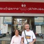 Minha mãe e meu esposo em frente ao Restaurante.