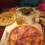 Pizzabrot, Salat und Pizza Hawai