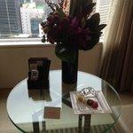 Mimos no quarto:flores e docinhos diariamente