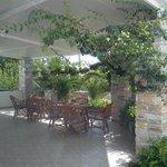 På hotellets vackra veranda där man kan svalka sig med iskaffe en het sommardag