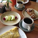 Omelete con fruta y el delicioso jugo de papaya y mango