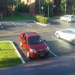 Vista del estacionamiento frente al apartamento