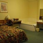 Equipement de la chambre avec baignoire à jet et évier (pas présent dans salle de bain)