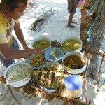 Mee met Tan op de boot naar de 17 eilanden. Heerlijke lunch op het strand verzorgd door Tan.