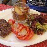 Menu enfant: steak haché frites et salade de tomates. Plus un dessert.