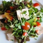 Blattsalat und Räucherforelle