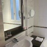 salle de bains nouveau et spacieux