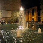 Вечером у фонтана ресторан накрывает столики