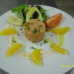 Tartare de saumon et fines perles noires, segments d'orange, crème acidulée à la framboise