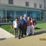 Foto di gruppo davanti all'hotel