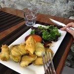 Beignets mit Salat