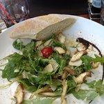 Salat aus rohen Artischocken, Parmesan und Rucola