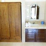 Kleiderschrank & Waschbecken (WC,Dusche, Badewanne vorhanden)