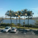 Vista do estacionamento e da lagoa que fica ao fundo