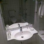 Zimmer 523, knapp bemessene Fläche ums Waschbecken oder neben der Wanne