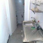 una parte della cucina e il bagno