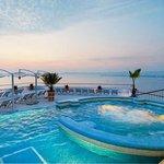 piscina y jacuzzi en la terraza del rertaurant Sky