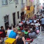Rua do Bairro Alto onde podemos nos sentar e beber
