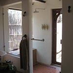 Innendusche mit Tür in den privaten kl. Garten.