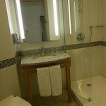 la salle de bain avec la douche italienne