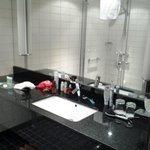 Ванная комната с закрытой душевой кабиной, феном и широким столом