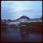 Вид на отель со стороны пруда