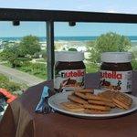 colazione sul terrazzo : i tre doni di Dio : sole, mare e Nutella !