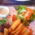 Saumon poêlé , frites/salades.