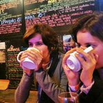 Tomando um chá de coca no bar/restaurante/pub do hostel