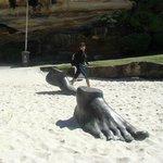 Minha esposa com uma das esculturas.