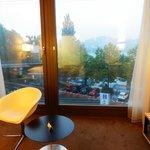 窓からルツェルン湖が見える