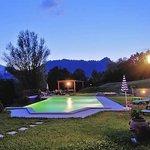 La piscina al tramonto, pronta per un bagno notturno