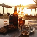 Cae el sol sobre la playa Paraga, a solo pasos de Almyra. El bar Nikolas y todo un momento mágic